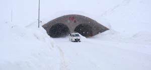 Ovit Tüneli ile artık Rize-Erzurum arasındaki bağlantı hiç kesilmiyor Ovit Tüneli sayesinde, Ovit Dağı'na kar yağmasına rağmen Rize-Erzurum karayolunda trafik aksamıyor