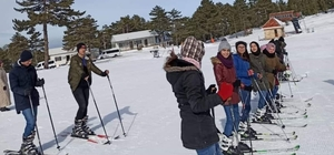 Hayatlarında ilk defa kayak yaptılar Kız öğrenciler gün boyunca kayak yapıp doyasıya eğlendi