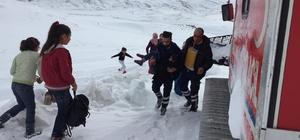 Kar nedeniyle yolu kapanan köyde mahsur kalan hasta çocuk kurtarıldı