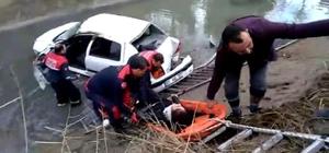 Otomobil boş su kanalına düştü, sürücü araçta sıkıştı Adana'da hastaneye giden hemşirenin kullandığı otomobil boş sulama kanalına düştü Can-Kur ekipleri uzun uğraştan sonra hemşireyi sıkıştığı yerden kurtardı