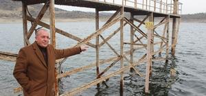 """Demirköprü Barajı'nda korkutan görüntü Demirköprü Barajı'nda su seviyesi yüzde 1.5 oranına düştü Salihli Ziraat Odası Başkanı Cem Yalvaç: """"Şu an 223 milyon metreküp su var"""" """"En kurak yılda doluluk oranı yüzde 15 iken, şu an yüzde 1.5 civarında"""""""