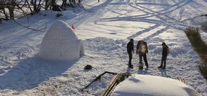 3 günde yaptılar, içinde keyif sürüyorlar Sivas'ın Zara ilçesine bağlı Nasır köyünde inşaatlarda kalıpçı olarak çalışan Suat Kaya (38), ailesiyle birlikte evinin bahçesinde kardan Eskimo Evi inşa etti