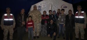 Jandarma ekiplerinden depremzedelere yardım