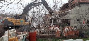 Manisa'da ağır hasarlı evlerin yıkımı devam ediyor