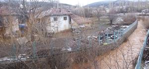 Uşak'ta barajın çatlaması nedeniyle boşaltılan köylerde endişeli bekleyiş sürüyor Boşaltılan köylerde kalmak zorunda kalanlar dört gözle iyi bir haber bekliyor