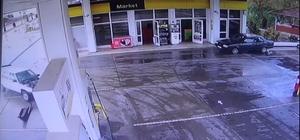 Kaza yapan otomobil petrol istasyonuna girdi Otomobil sürücüsü kadının yaralandığı kazada, otomobilin şans eseri pompalara çarpmamasıyla facianın eşiğinden dönüldü
