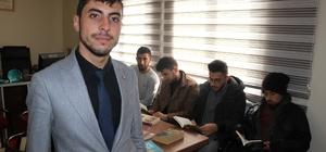 Genç muhtardan alkışlanacak hareket Türkiye'nin en genç muhtarlarından Hacı Ömer Gökçe, mahalledeki tek kahvehanenin de kapanmasının ardından muhtarlığa kütüphane kurup, gençlerin masa tenisi ve satranç gibi oyunlar oynayabileceği bir alan oluşturdu 21 yaşındaki muhtar, kütüphaneyi büyütüp zenginleştirmek için kitap yardımı bekliyor