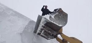 Kar kalınlığı 6 metreyi aştı Karla mücadele ekipleri 5 kilometrelik yolu 6 saatte ulaşıma açtı