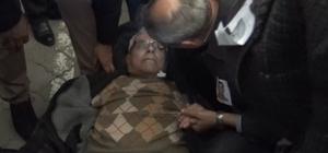 Doktor başkan, cenazede rahatsızlanan kişiye ilk müdahaleyi yaptı Tarsus Belediye Başkanı Haluk Bozdoğan, yaşlı adamın tansiyonunu ve ateşini ölçtü, su içirdi