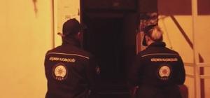"""İzmir merkezli büyük göçmen kaçakçılığı operasyonu: 60 gözaltı Operasyonun adı """"Aylan bebek"""", 104 kişiye gözaltı kararı var, 60 kişi yakalandı İzmir İl Emniyet Müdürü Hüseyin Aşkın: """"Bu zamana kadar yapılmış en kapsamlı operasyonlardan birisi"""" """"Göçmen kaçakçılığı insanlığa kast eden bir suçtur"""""""