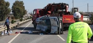 Devrilen araç çelik bariyerlere çarparak durabildi: 2 yaralı Yol ortasında yan yatan araçtaki eşyalar etrafa saçılırken, araç kaldırılıncaya kadar trafik tek şeritten kontrollü olarak verildi