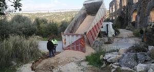 Erdemli'de yağıştan zarar gören yollar onarılıyor