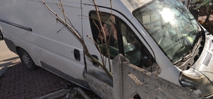 Kontrolden çıkan kamyonet evin bahçesine girerek durabildi, 1 yaralı
