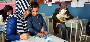 Veliler birbirleriyle yarıştı Anneler kucağında çocuklarıyla sınava girdiler