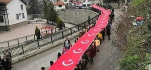 Bolu'da, öğrenciler şehitler için 200 metrelik bayrakla yürüdü