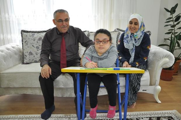 (özel) Morquio hastasına evde eğitim Simav Halk Eğitim Merkezi Müdürlüğü, 27 yaşındaki Sevgi Feyza Fidan'a evinde özel eğitim programı uyguluyor
