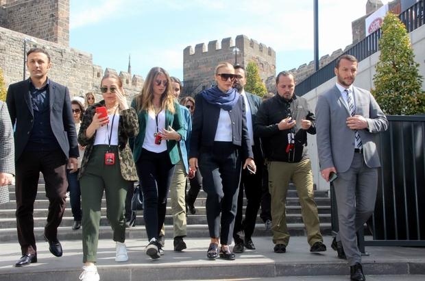 Turizm Bakanının eşi, Tarihi Kayseri Kalesi'ni gezdi Pervin Ersoy, korona virüsü nedeniyle kimseyle tokalaşmadı
