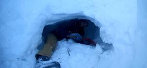 -25 derecede karın içinde geceyi geçirdiler Rizeli üniversite öğrencisi 2 genç, otostopla çıktıkları ve -25 derece soğuğun görüldüğü Ovit Dağı'nda yaklaşık 2 metrelik karın içinde yaptıkları kardan mağarada kaldılar