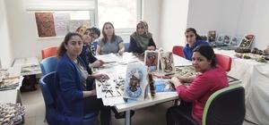Ev hanımları, üç boyutlu rölyef sanatıyla bir çok eser üretti