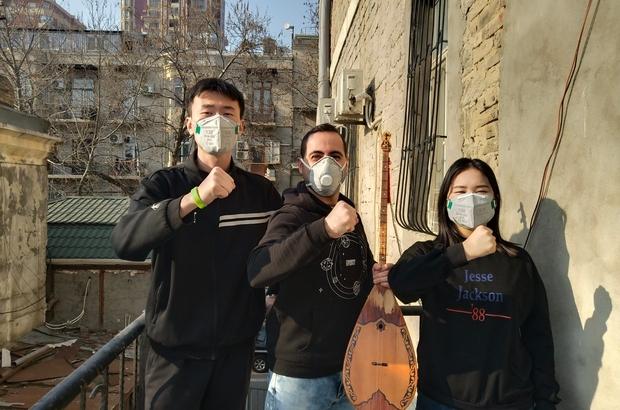 """Çinli öğrencileriyle birlikte korona virüsüne beste yaptı """"Kör olasan korona virüs"""" klibi izlenme rekoru kırıyor"""