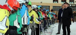 Öğrenciler kaymayı Yıldız Dağı kayak merkezinde öğreniyor