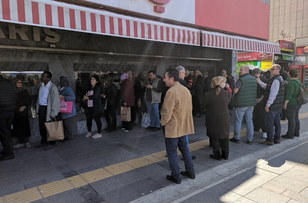 İzmir'de kolonya kuyruğu