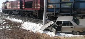Hemzemin geçitte yük treni ile otomobil çarpıştı: 2 yaralı
