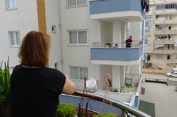 Komşuluk ilişkilerine 'korona' tedbiri Adana'da her gün birbirleriyle görüşen Elif Uğurlu ve Yeliz Ateş komşuluk ilişkilerine korona virüs tedbiri uyguladı Komşular sabah kahvaltılarını ve 5 çayı ikramlarını balkondan balkona gerdikleri yoğurt kovası asılı iple göndererek birbirlerinden kopmadan komşuluk ilişkilerini sürdürüyor