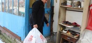 Mahalle muhtarından örnek davranış Sokağa çıkamayan yaşlıların ihtiyaçlarını karşılıyor