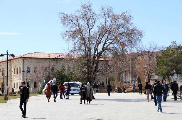 14 gün kuralına uymayan 87 kişiye 274 Bin TL para cezası Sivas'ta Korona virüs uyarılarına rağmen yurt dışından gelerek 14 gün gözetim altında kalma kuralını ihlal eden 87 kişiye 274 Bin 50 TL para cezası uygulandı