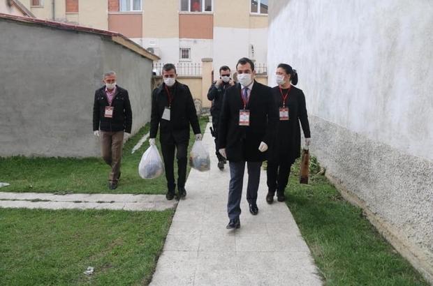 """Ulaş'ta 'Vefa Sosyal Destek Grubu' yaşlılar için sahada Sivas'ın Ulaş İlçesinde Korona virüs tedbirleri kapsamında sokağa çıkmalarına kısıtlama getirilen 65 yaş ve üstü vatandaşların günlük ihtiyaçları, Kaymakamlık bünyesinde kurulan """"Vefa Sosyal Destek Grubu"""" ekiplerince karşılanıyor."""