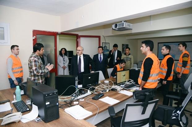 Vali Köşger, Vefa Sosyal Destek Çağrı Merkezi'ni ziyaret etti