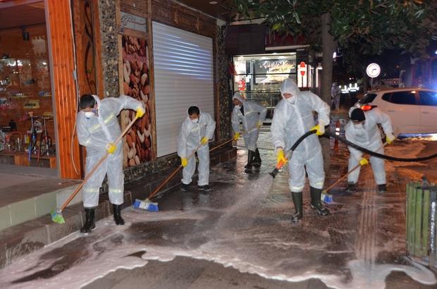 Hendek sokakları köpüklü suyla yıkandıktan sonra ilaçlanıyor