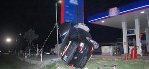 Otomobil benzinliğe daldı: 2 yaralı