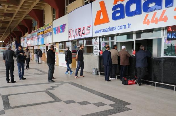 Otogarda korona virüs çıkması Adana Otogarı'nda saat 17.00 olmadan seferlerin çoğu iptal edilirken, son seferine çıkan otobüslerin bilet fiyatları da 3 katına çıktı