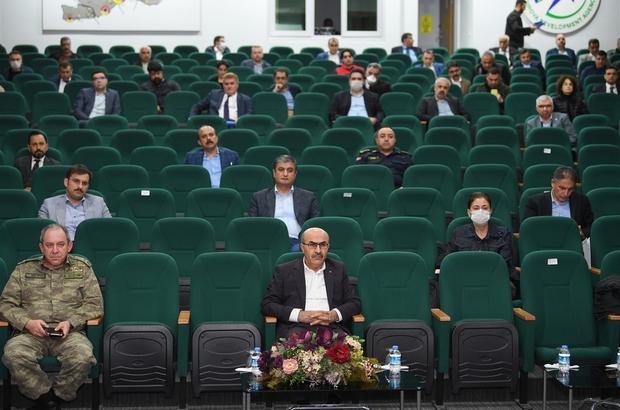 """Vali Demirtaş: """"Mücadeleyi tedbirleri titizlikle uygulayarak kazanacağız"""" Adana İl Pandemi Kurulu Toplantısı Vali Mahmut Demirtaş başkanlığında gerçekleşti"""