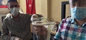 Meslektaşlarını koronavirüsten korumak için siperlik ürettiler Doktor, tekniker ve teknisyen üçlüsü 3D yazıcılar ile meslektaşları için siperlik üretimine başladı