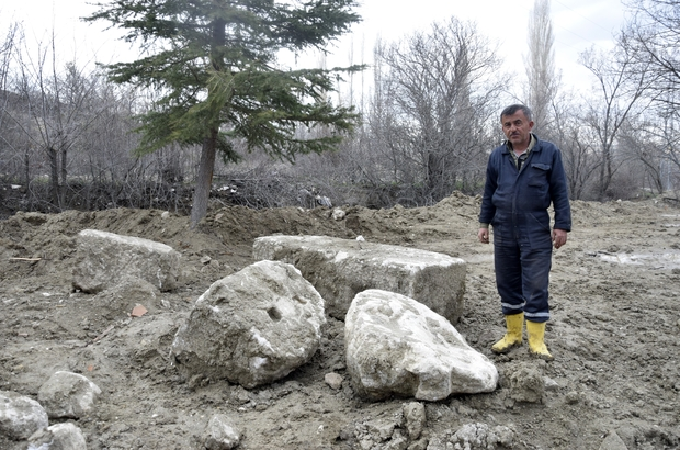 Tarlasını sürerken tarihi eser buldu Tarladan çıkan kayaların 2'nci yüzyıl Roma dönemine ait olduğu ortaya çıktı