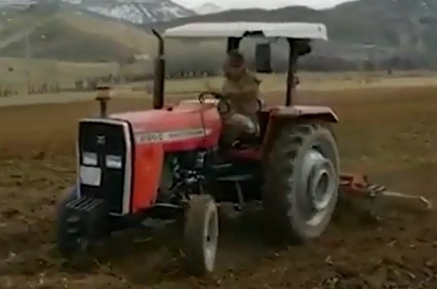Dışarı çıkamayan çiftçinin tarlasını Mehmetçik sürdü