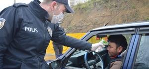 Niksar'da sürücü ve yolculara ateş ölçümü. Niksar Kaymakamı İlhami Doğan, uygulama noktalarını inceledi, sürücülere mecbur olmadıkça dışarı çıkmamaları konusunda uyarılarda bulundu.
