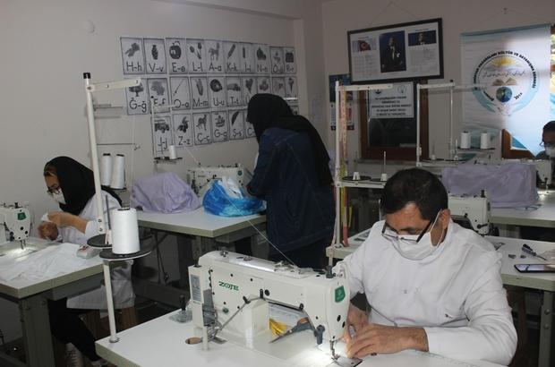 Afgan mültecilerden Türkiye'nin Korona virüsle mücadelesine destek Trabzon'da yaşayan Afganistanlı göçmenler tıbbi maske üretimi gerçekleştirerek ücretsiz dağıtılmasına destek oluyor