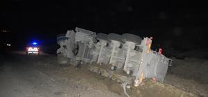 1915 Çanakkale Köprüsü'ne çimento taşıyan kamyon devrildi