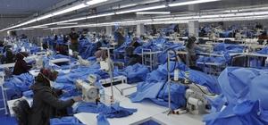 Tekstil fabrikasını sağlıkçılar için tulum fabrikasına dönüştürdü Günde 10 bin adet tulum ve ameliyat önlüğü üretiliyor Çalışanlarının büyük çoğunluğu kadınlardan oluşan fabrika maske üretmeye de hazırlanıyor