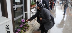 Gamze Pala'nın öldürüldüğü öğretmenevinin kapısına çiçek bırakıldı