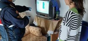Jandarma EBA Tv'yi izleyemeyen öğrenciye tablet ve uydu cihazı hediye etti