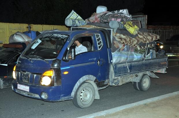 Afrin'den gelen 150 konvoyluk araç Türkiye üzerinden Suriye'ye geçti Suriyeli aileleri taşıyan araç konvoyu Akçakale sınır kapısından geçerek Telabyad'a giriş yaptı