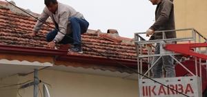75 yaşındaki teyzenin imdadına belediye yetişti İtfaiye ekiplerinin yardımı ile akan çatının kırık kiremitler onarıldı