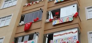 Rize'de çocuklar ve aileleri 23 Nisan'ı evlerinin balkonunda kutladı