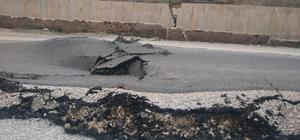 Toprak kayması sonucu yol kısmen çöktü