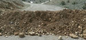 Arslantaş köyü ile Ayvat köyü yolu hafriyat dökülerek ulaşıma kapatıldı